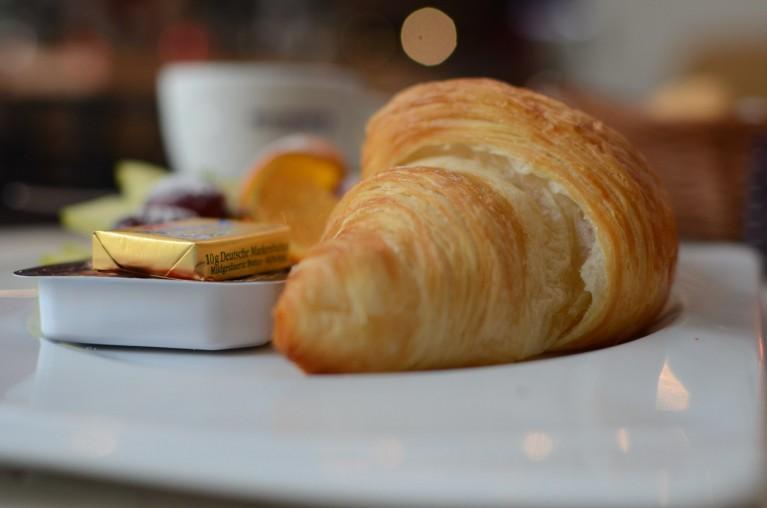 Croissant, marmelade en boter op een bord - Ontbijten in Berlijn