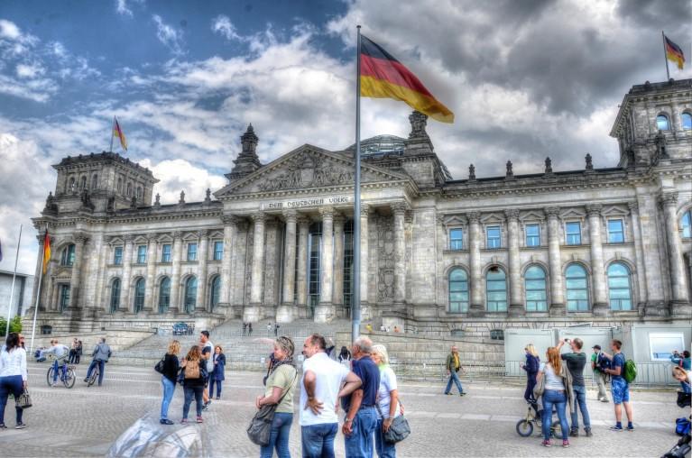 Duitse Eenheid - vlag voor de Reichstag in Berlijn