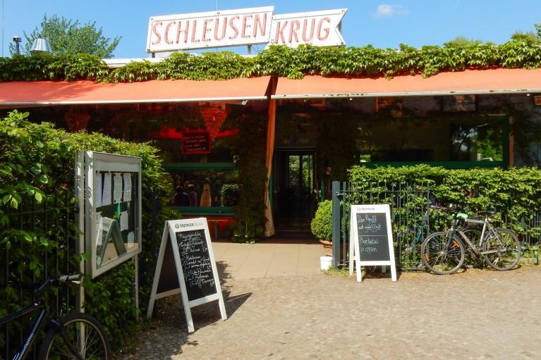 Vooraanzicht van de Schleusenkrug biergarten in Berlijn Charlottenburg