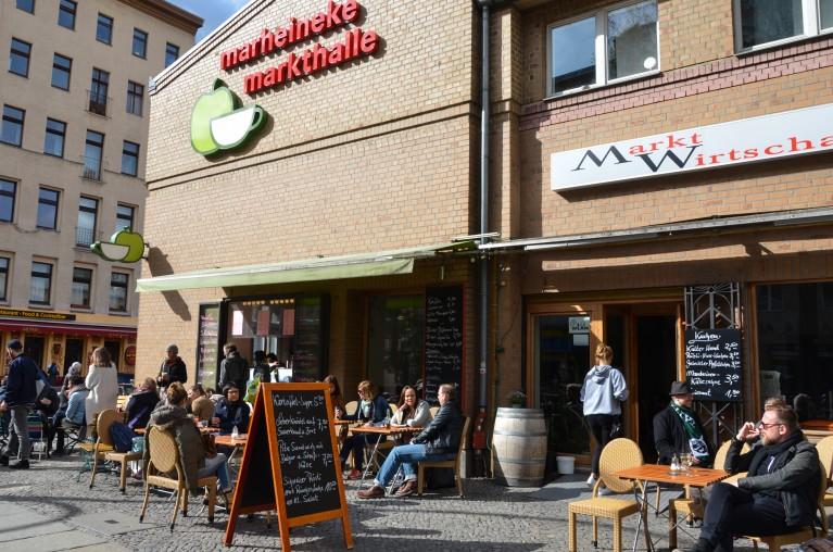 Marheineke Markthalle in Berlijn, buitenzijde met terras