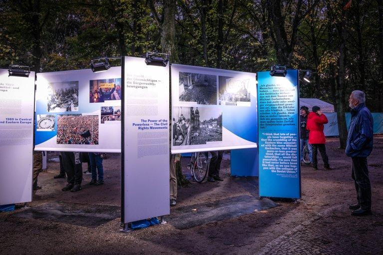 Tentoonstelling bij Brandenburger Tor tijdens 30 jaar val van de muur in Berlijn © Wattedoeninberlijn.nl