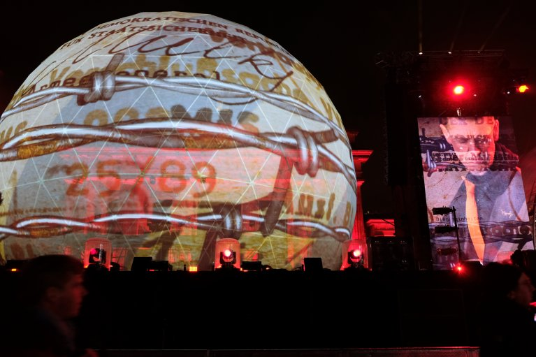 Podium tijdens feest 30 jaar val van de muur in Berlijn © Wattedoeninberlijn.nl