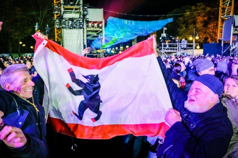 Berlijnse vlag tijdens feest 30 jaar val van de muur in Berlijn © Wattedoeninberlijn.nl