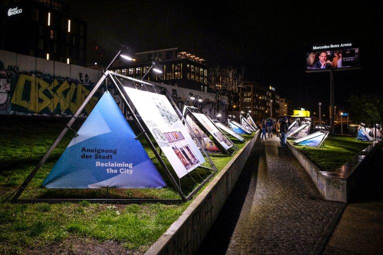 Tentoonstelling bij East Side Gallery tijdens 30 jaar val van de muur in Berlijn © Wattedoeninberlijn.nl