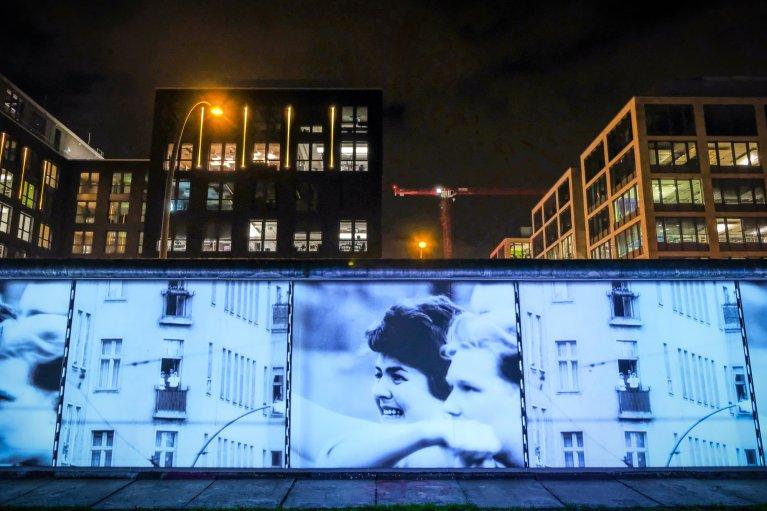 Projecties bij East Side Gallery tijdens 30 jaar val van de muur in Berlijn © Wattedoeninberlijn.nl