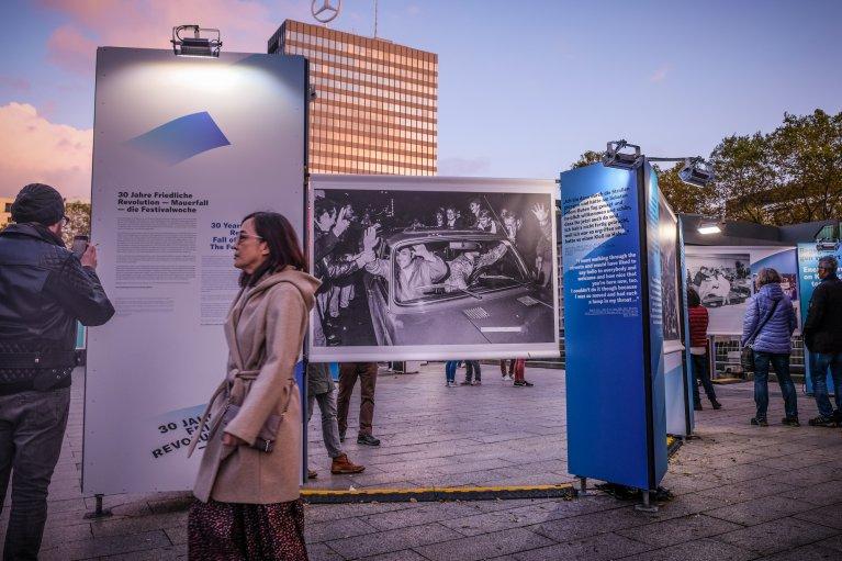 Tentoonstelling Kurfuerstendamm tijdens 30 jaar val van de muur in Berlijn © Wattedoeninberlijn.nl