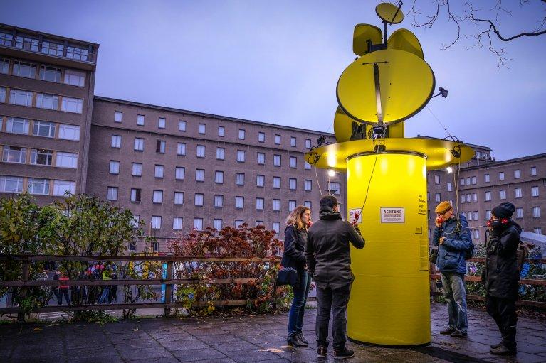 Kunstwerk bij het Stasimuseum tijdens 30 jaar val van de muur in Berlijn © Wattedoeninberlijn.nl