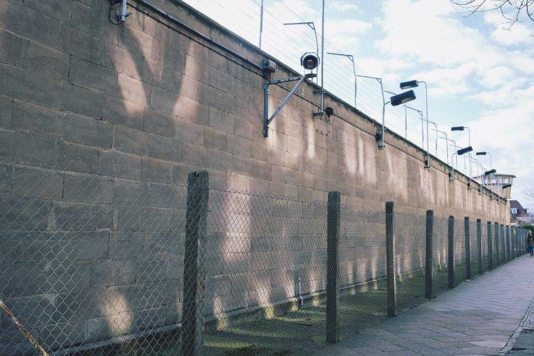 Buitenmuur van het gevangenisziekenhuis van de Stasi in Berlijn • Wattedoeninberlijn.nl