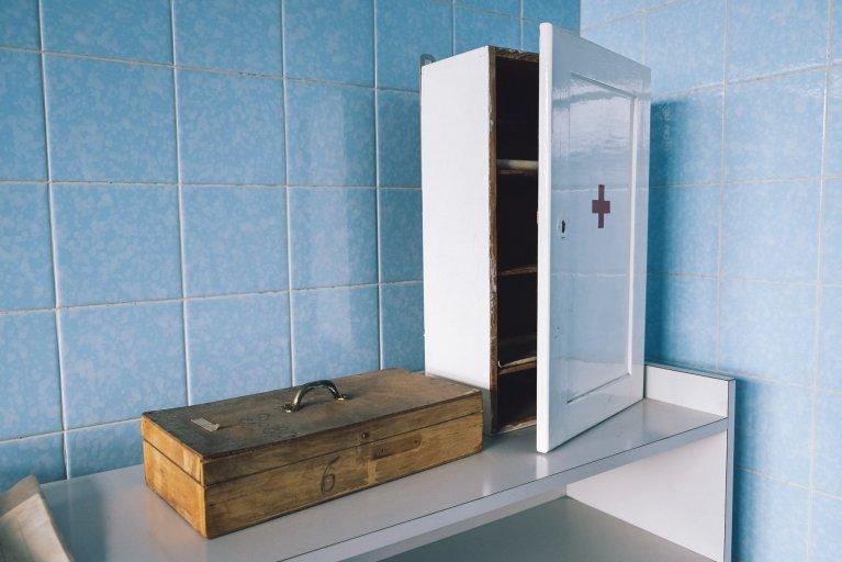 Medicijnenkast in de chirurgie van het gevangenisziekenhuis van de Stasi in Berlijn • Wattedoeninberlijn.nl