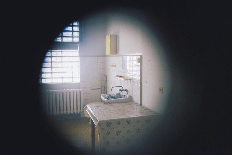 Cel gezien door het kijkgat in het gevangenisziekenhuis van de Stasi in Berlijn • Wattedoeninberlijn.nl
