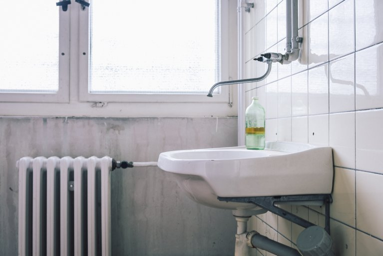 Toilet met oude glazen fles in het gevangenisziekenhuis van de Stasi in Berlijn • Wattedoeninberlijn.nl