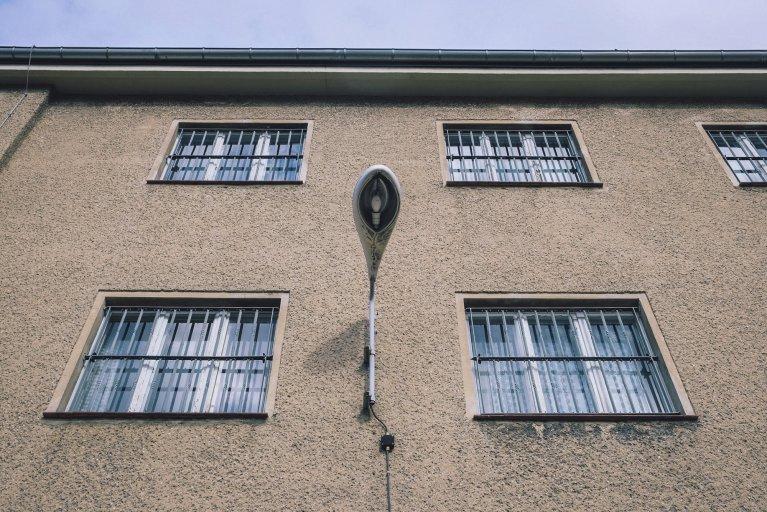 Lampdetail op de buitenmuur van de Stasigevangenis • Wattedoeninberlijn.nl