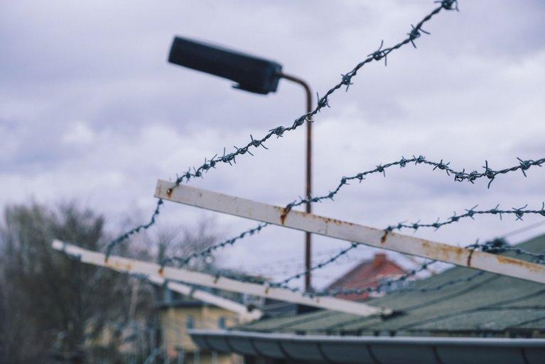 Prikkeldraad op de buitenmuur van de Stasigevangenis • Wattedoeninberlijn.nl
